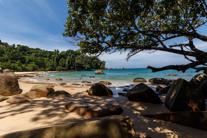 verborgen met strand (Klein wit zandstrand) in het Lam Ru National Park in het khao Lak