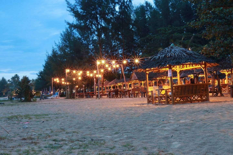 Memories Beach Bar met hutjes en en sfeervolle verlichting op het strand