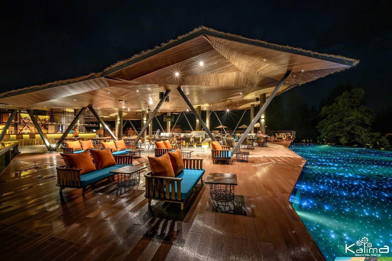 Stijlvol modern restaurant met prachtig verlicht zwembad