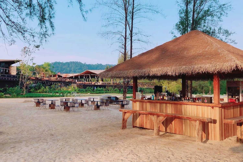 houten bar op het strand onder de bomen