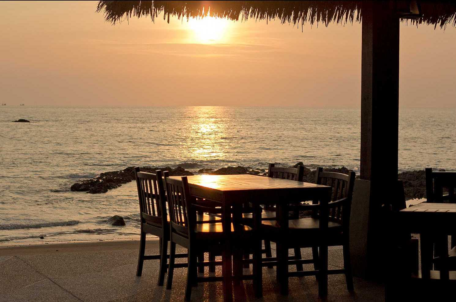 Restaurant aan zee met uitzicht op zonsondergang