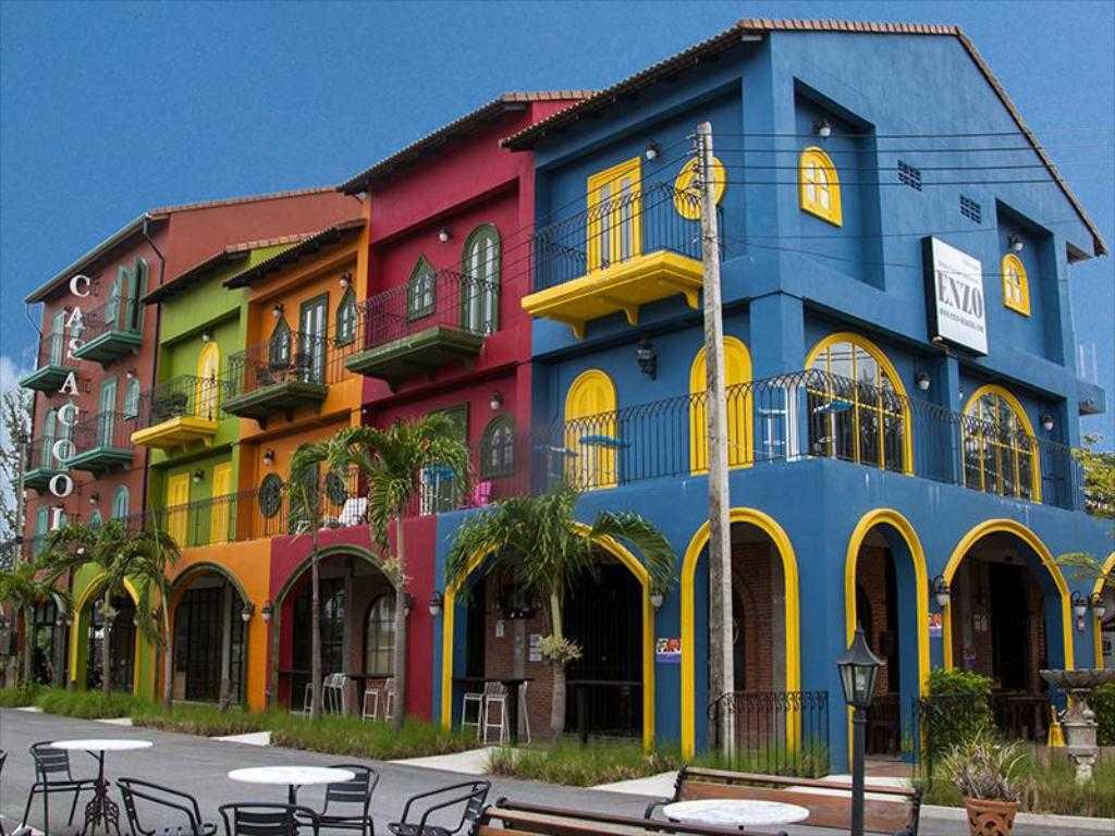 Buitenkant van het kleurrijke Casacool Hotel in Khao Lak