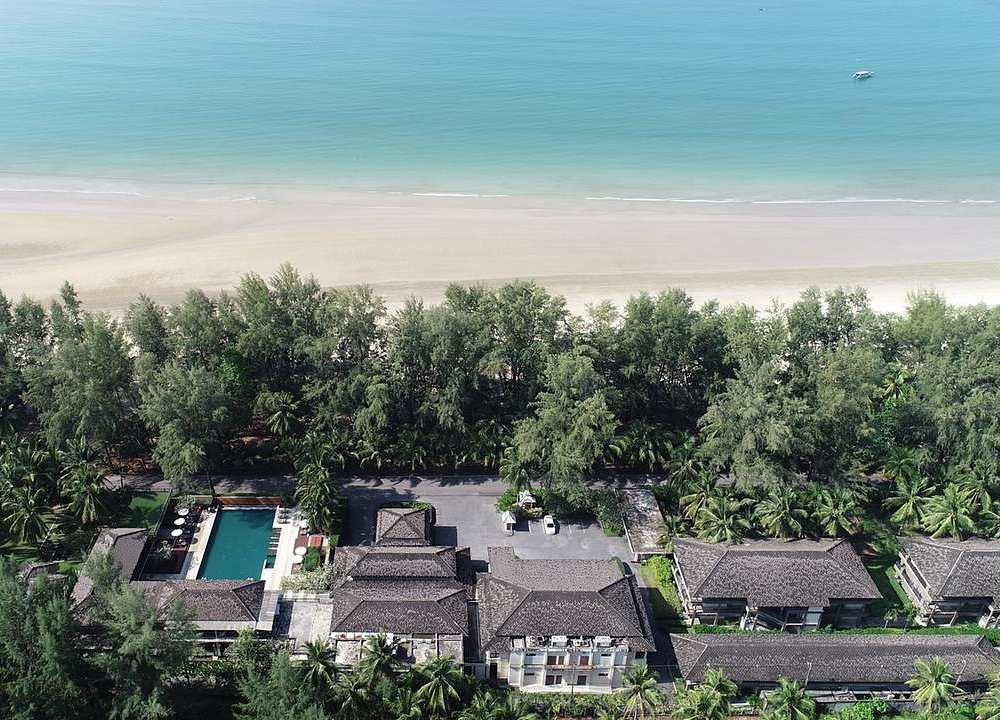 Mooi resort aan het strand van bovenaf gezien