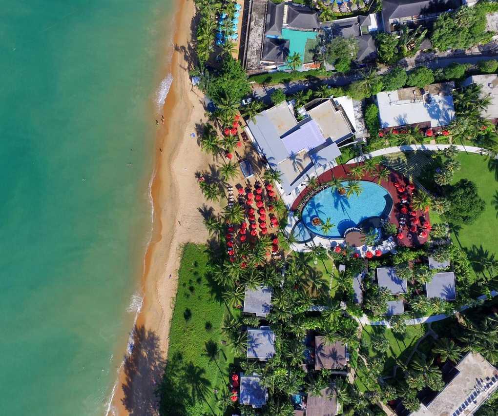 Resort, zwembad , strand en zee van bovenaf