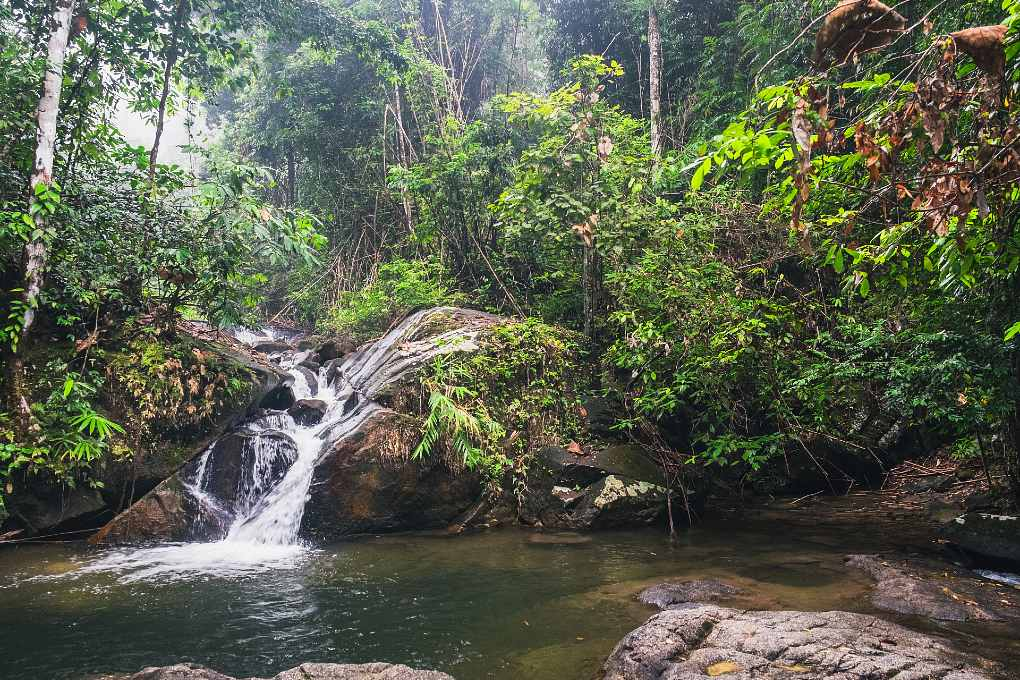 Mooie Chong Fa Waterfall midden in de natuur, Khao Lak