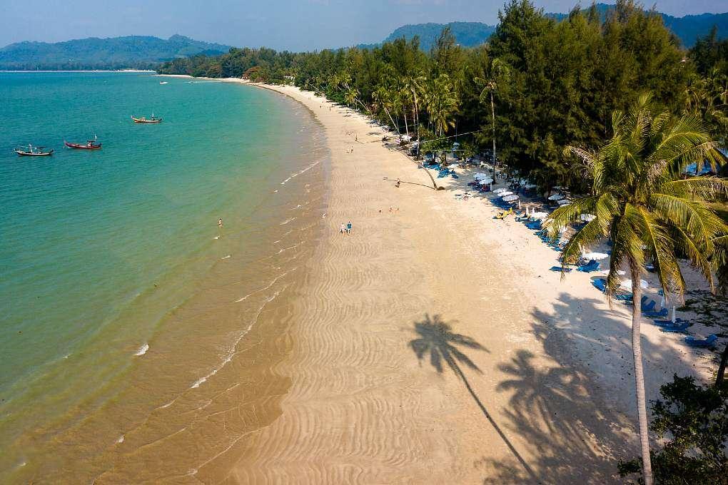 Overzicht van stranden Khao Lak omringd met palmbomen