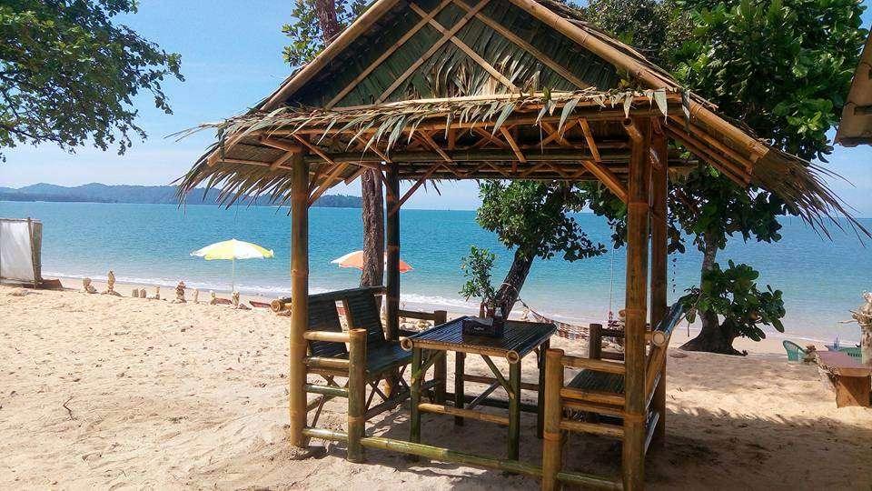Gezellig hutje op het strand om iets te eten met uitzicht op zee
