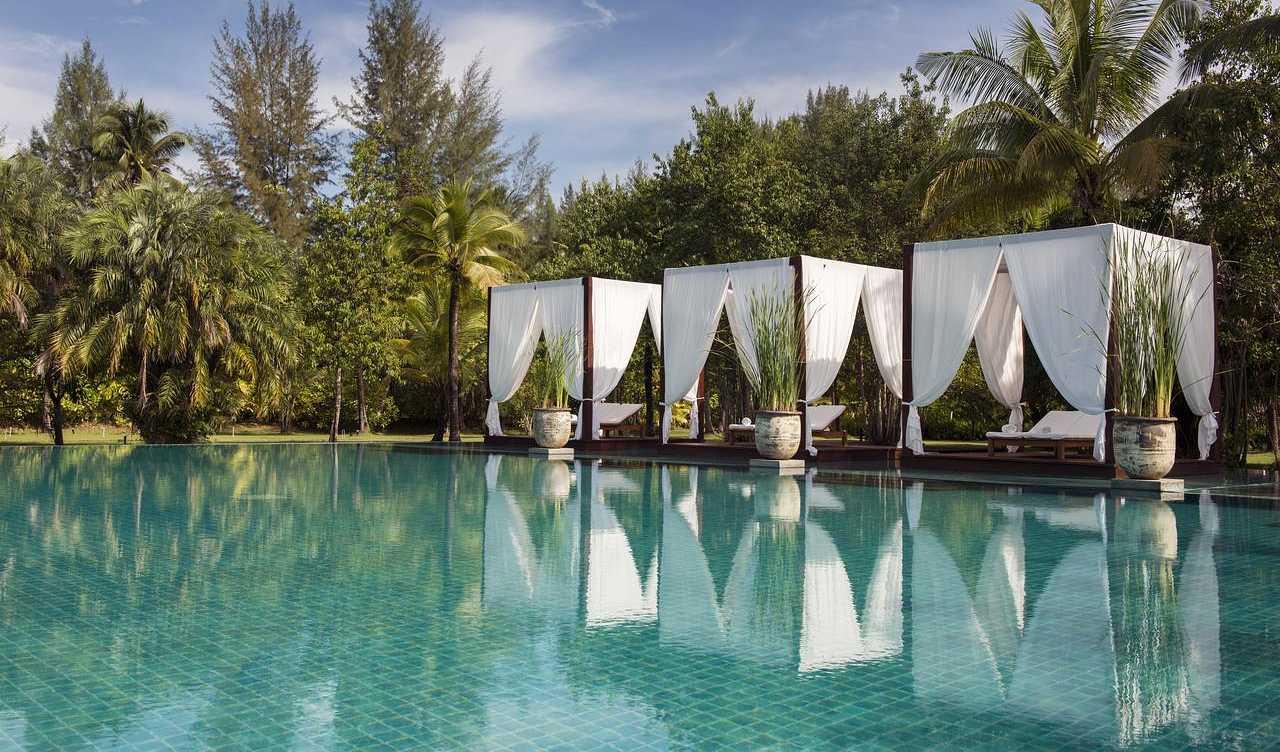 Luxe 2 persoonsligbedden aan het zwembad van het Resort de Sarojin Khao Lak