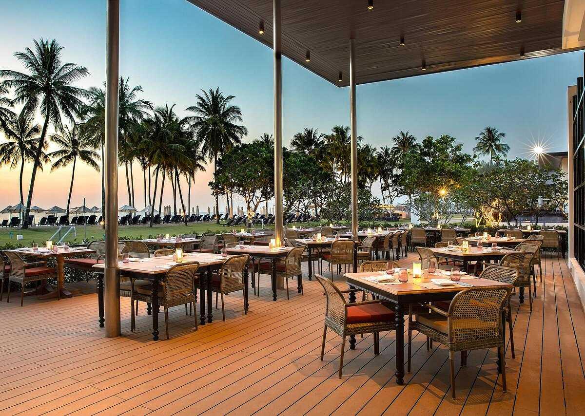 Luxe openlucht restaurant met de zee op de achtergrond