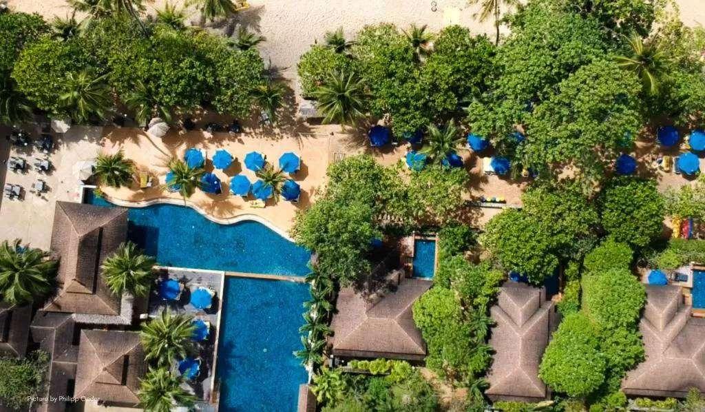 Luchtfoto van het Centara Seaview Resort in Nang Thong Beach, Khao Lak