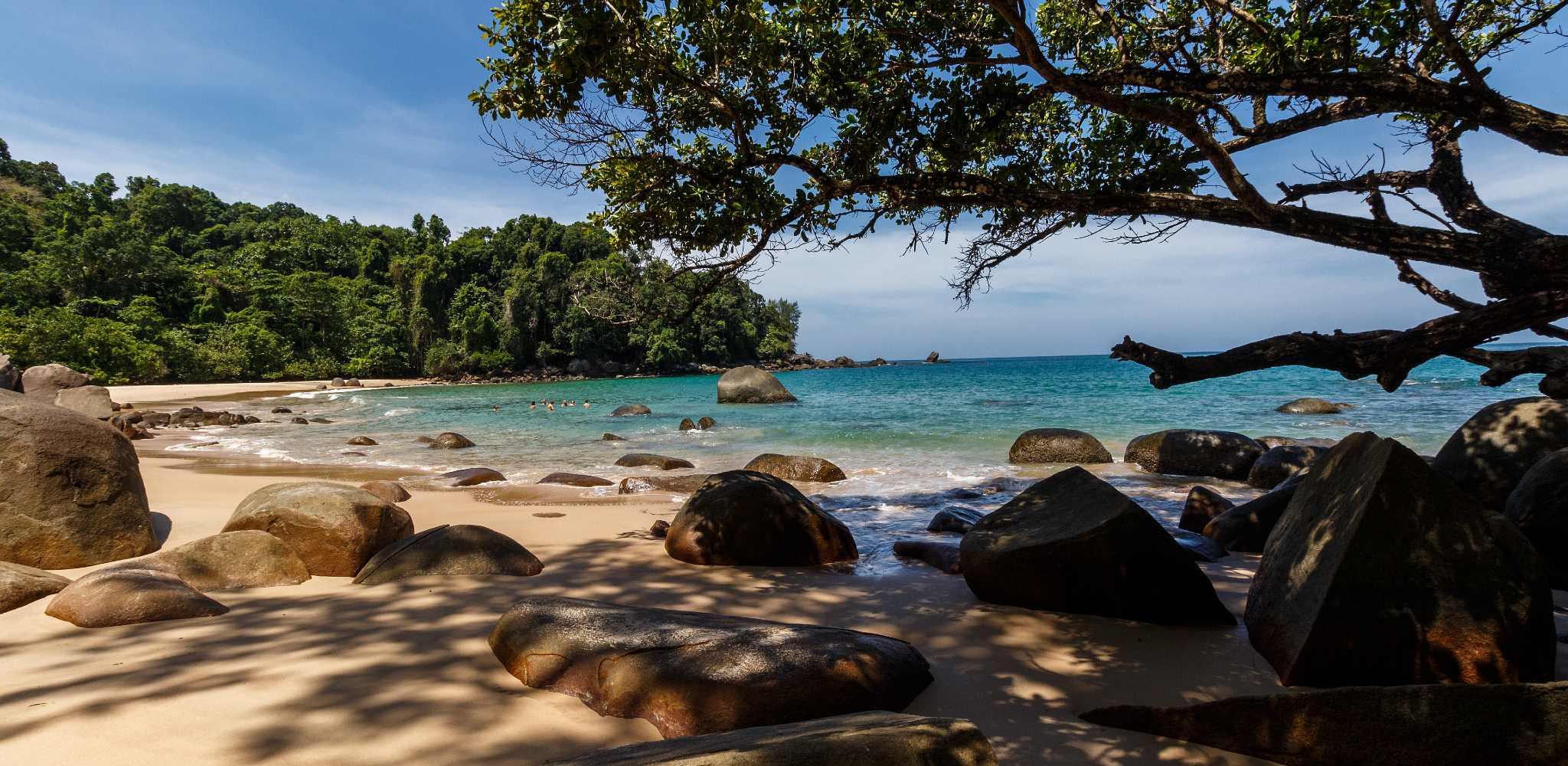 Small Sandy Beach een klein strandje in het Lam Ru National Park, Khao Lak