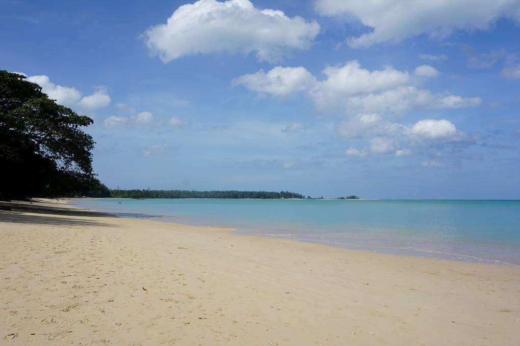 White Sand Beach en Coconut Beach, langerekt wit strand met blauwe zee, Khao Lak