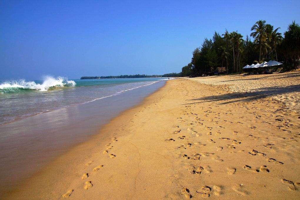 Golven en goudgeel zand aan het Khuk Khak Strand