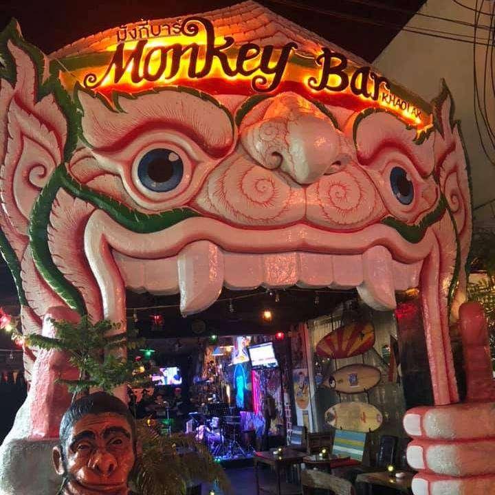 Voorkant van de Khao Lak Monkey Bar in Nang Thong Beach