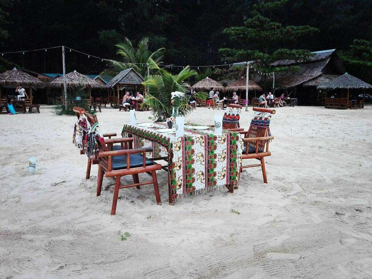 Mooi gedekte tafel in het zand bij de Memories Bar