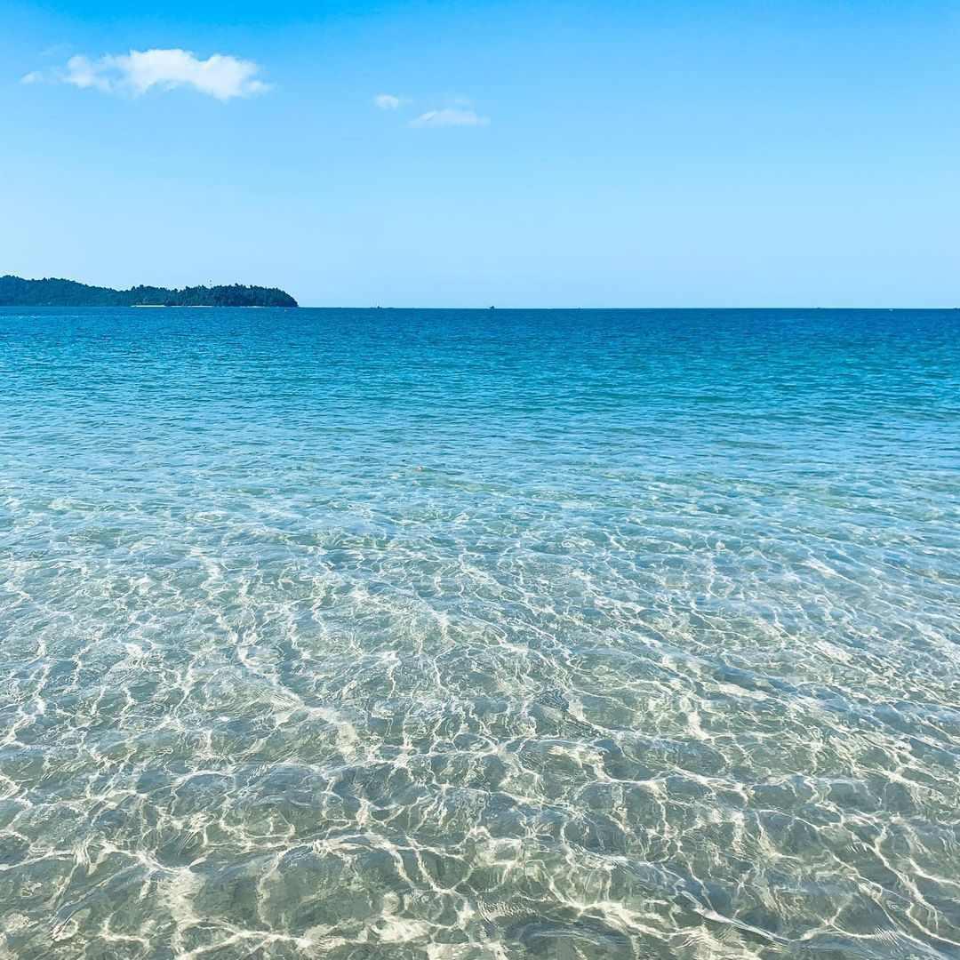 Mooie heldere zeewater bij Poseidon Beach in Khao Lak