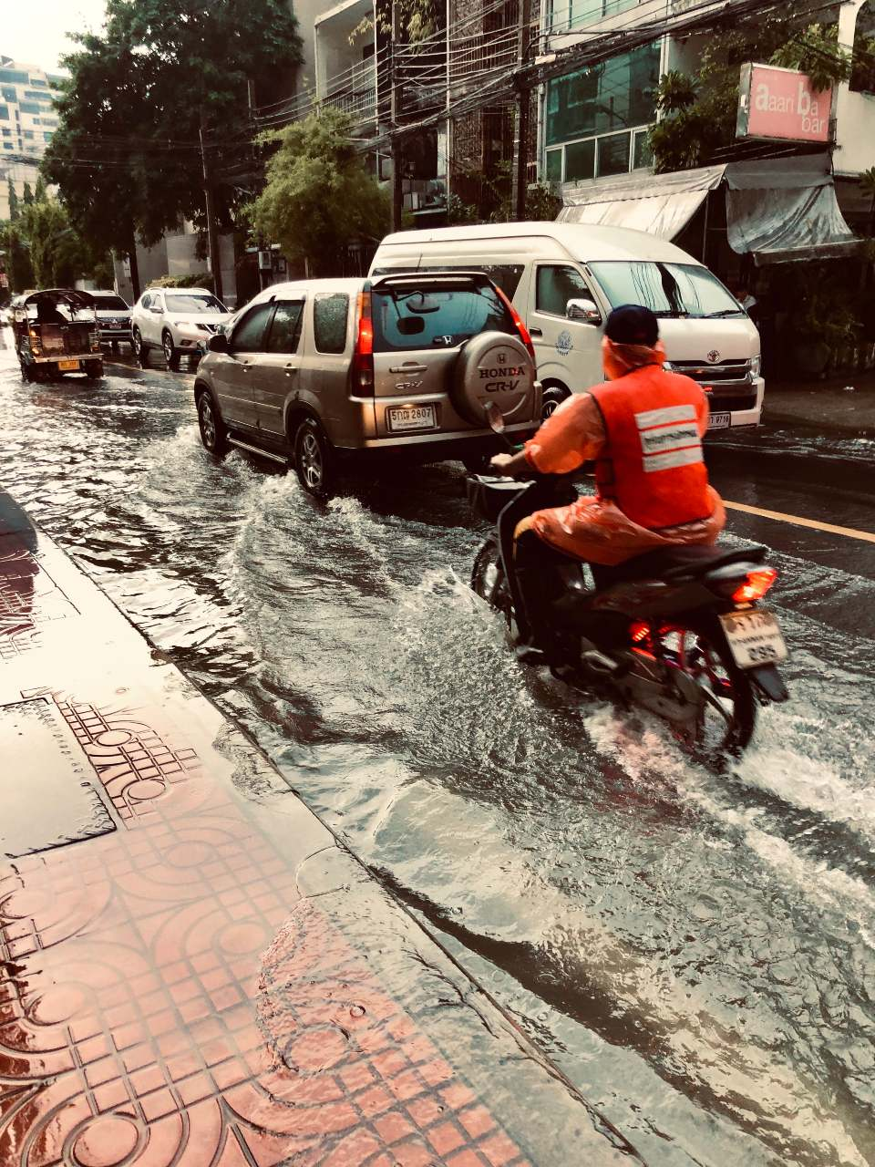 Ondergelopen straat tijdens het regenseizoen in Bangkok