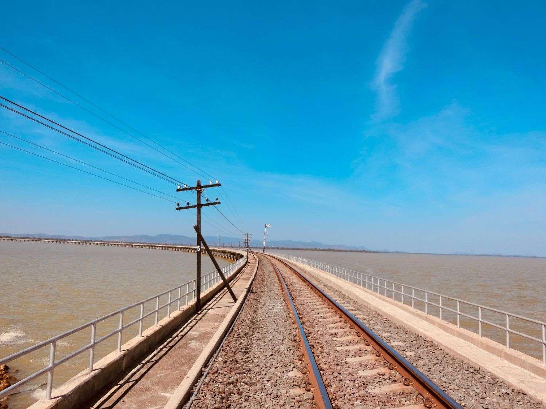 Spoorlijn over de Pa Sak Jolasid Dam in Lopburi, Thailand