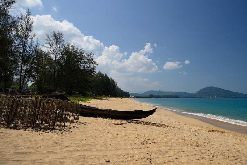 Het kilometerslange Mai Khao Beach in Phuket