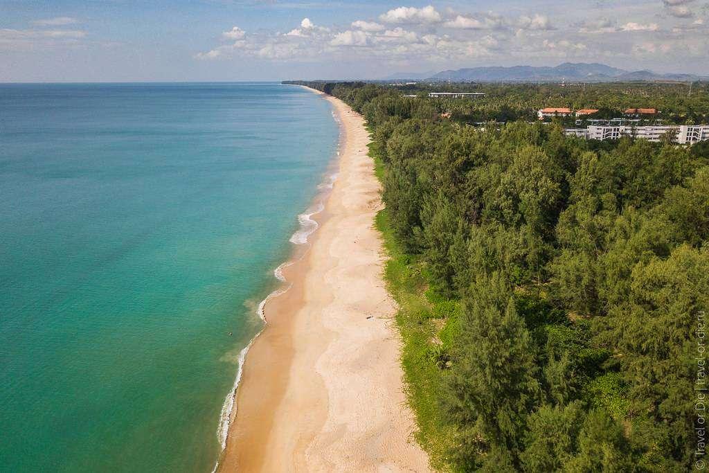 Het kilometerslange Mai Khao Beach in Phuket met een drone gezien