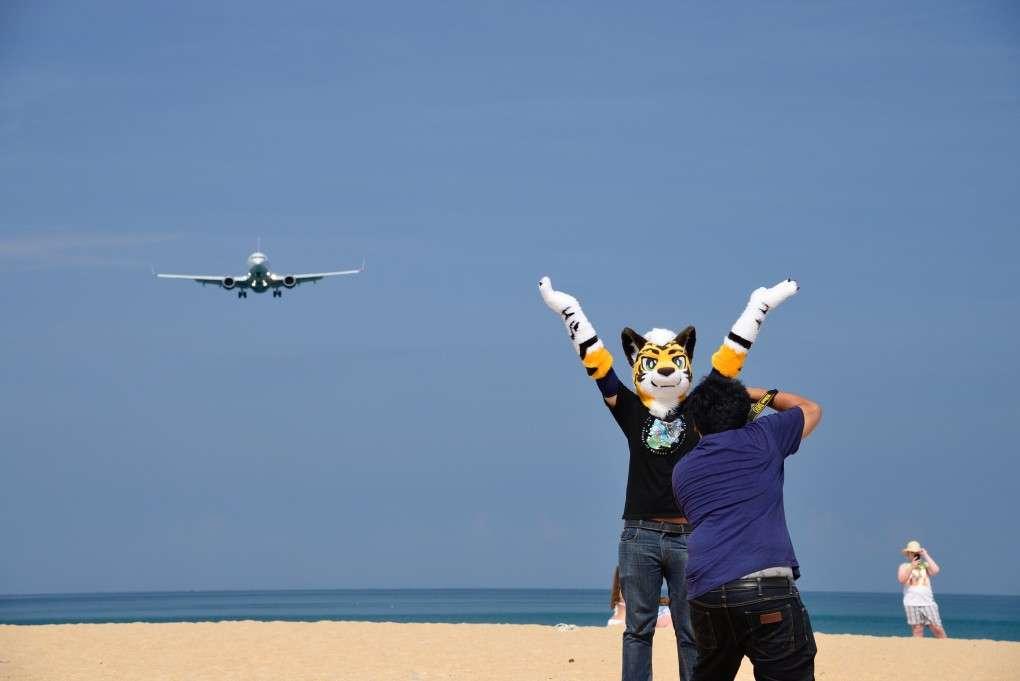Gek doen om een mooie foto met vliegtuig te maken op Mai Khao Beach in Phuket