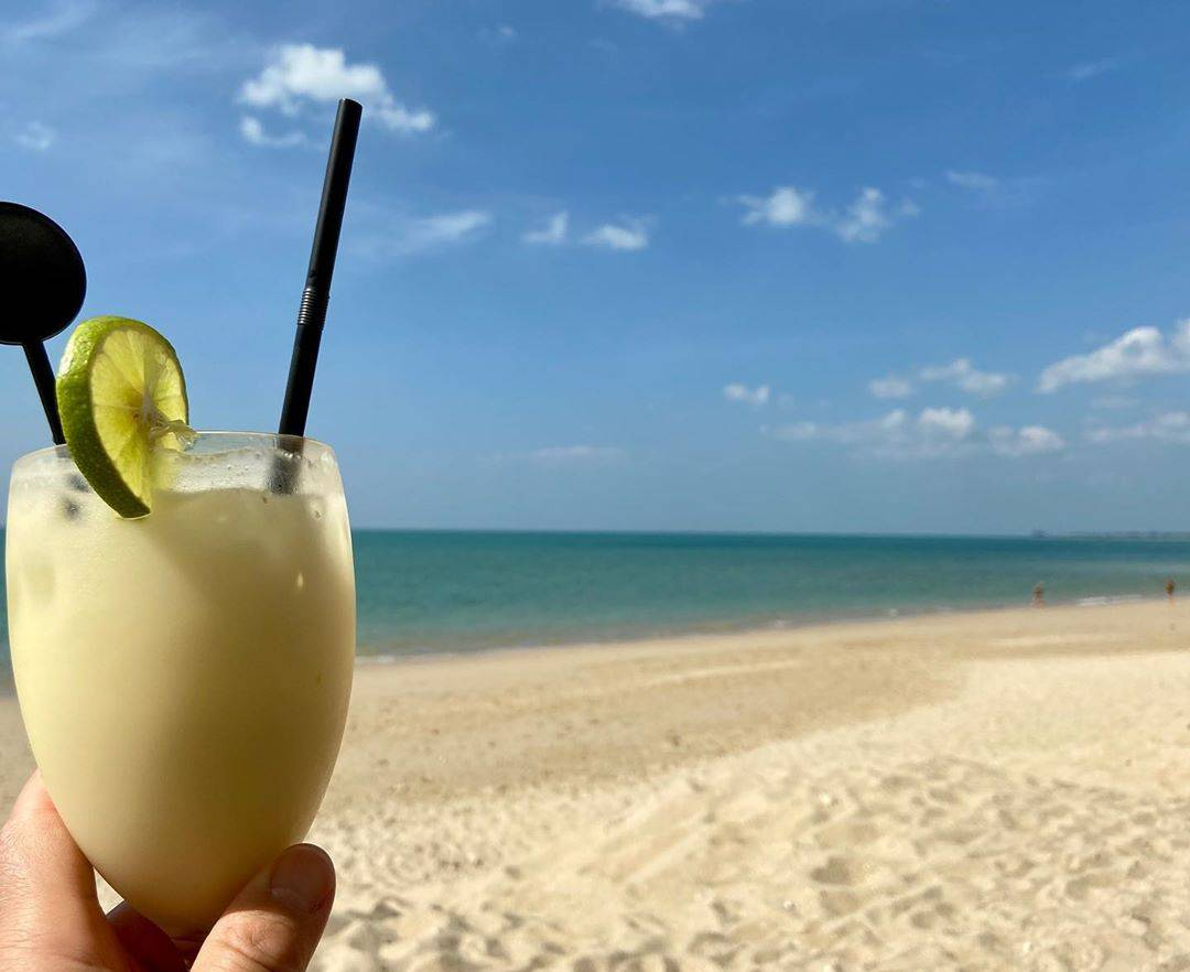Cocktail op Pak Weep Beach, Khao Lak