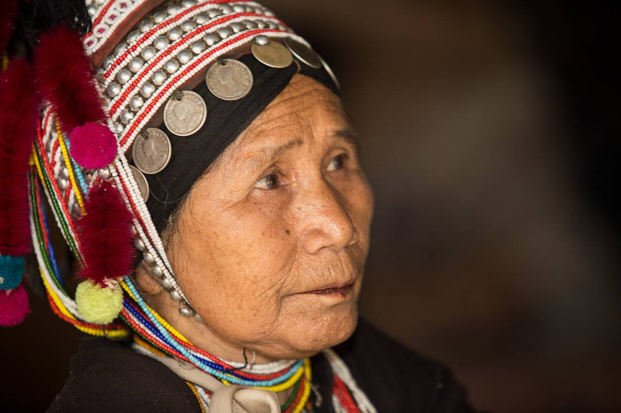 Oude vrouw van de Akkha bergstam in Thailand