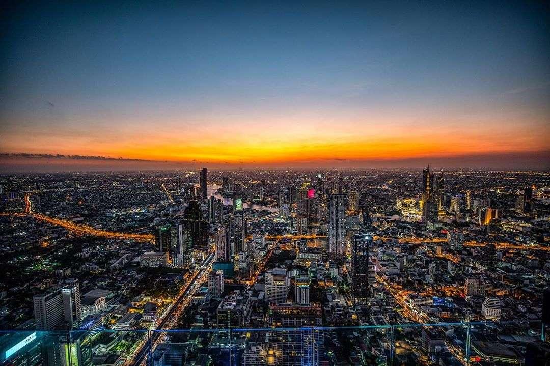 Uitzicht vanaf het King Power Mahanakhon gebouw in Bangkok tijdens zonsondergang, Thailand