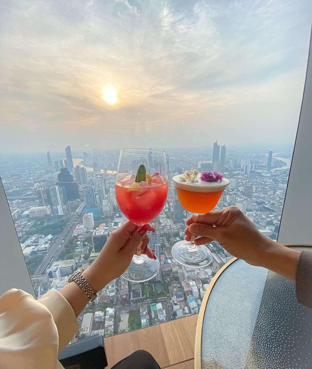 Cocktails in de skybar van het King Power MahaNakhon gebouw in Bangkok