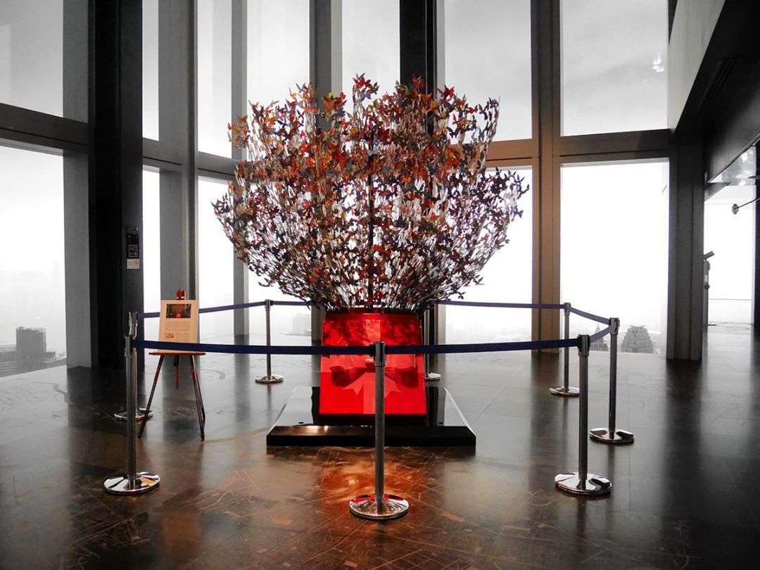 Kunstwerk Tree of life in de King Power MahaNakhon in Bangkok