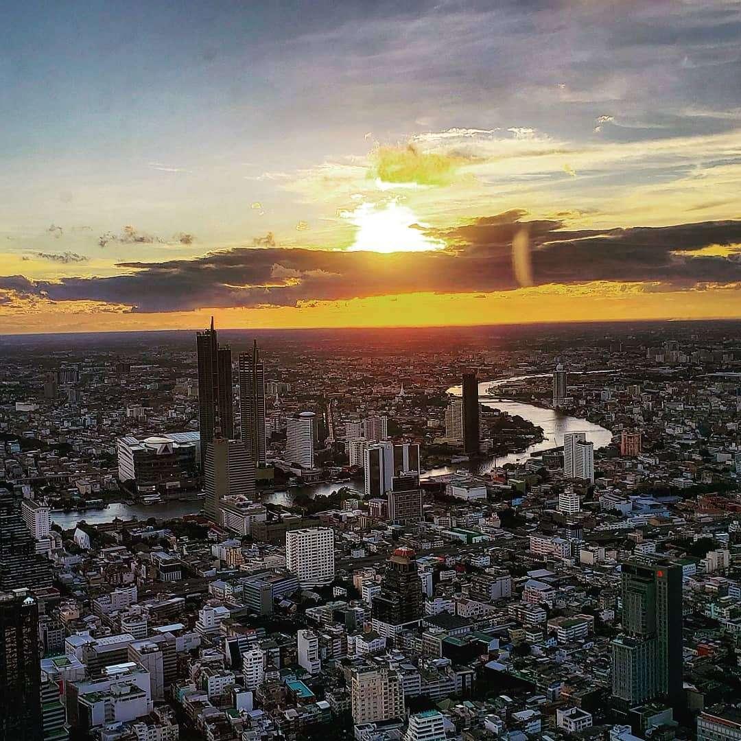 Zonsondergang gezien vanaf de King Power MahaNakhon in Bangkok