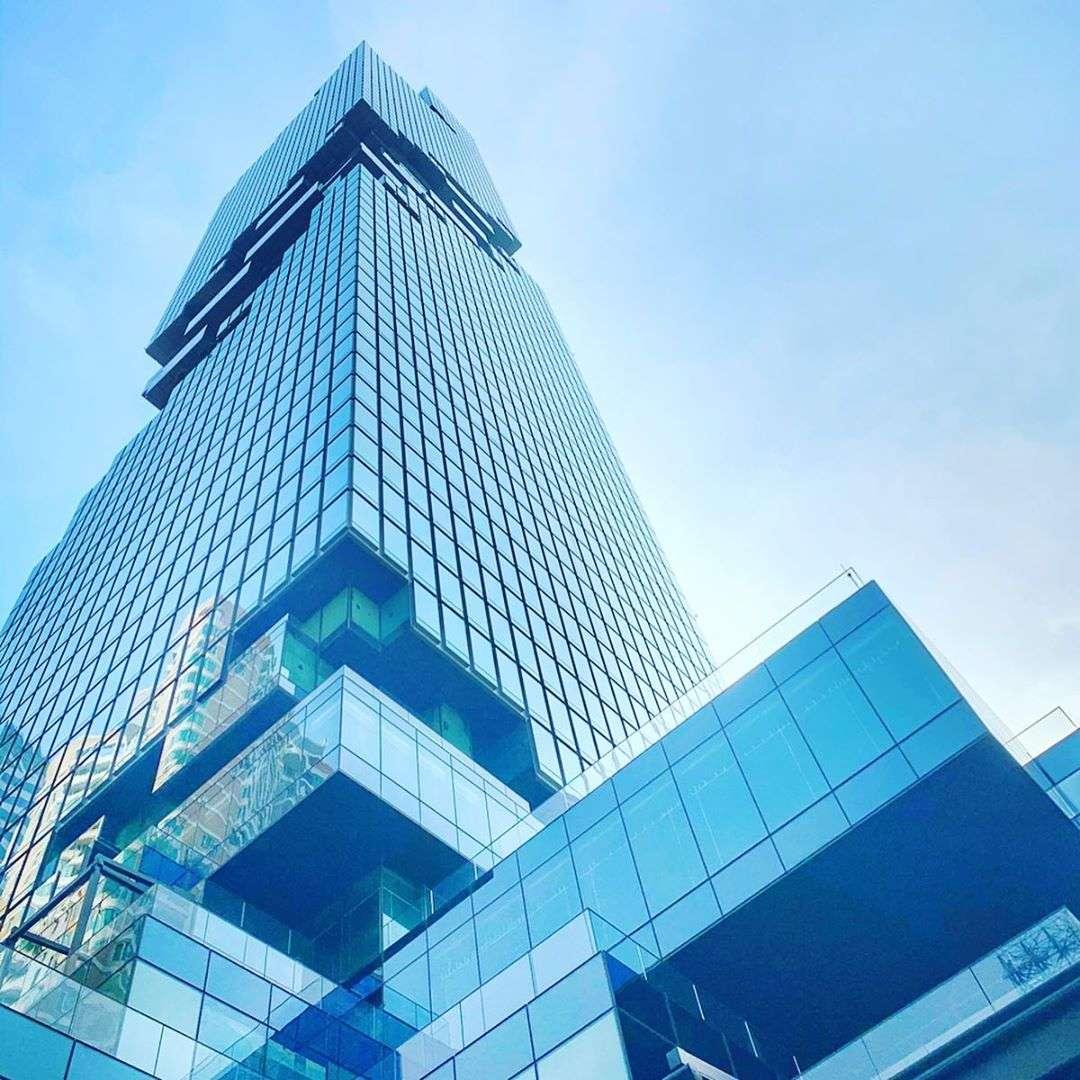Het King Power MahaNakhon gebouw in Bangkok gezien vanaf beneden