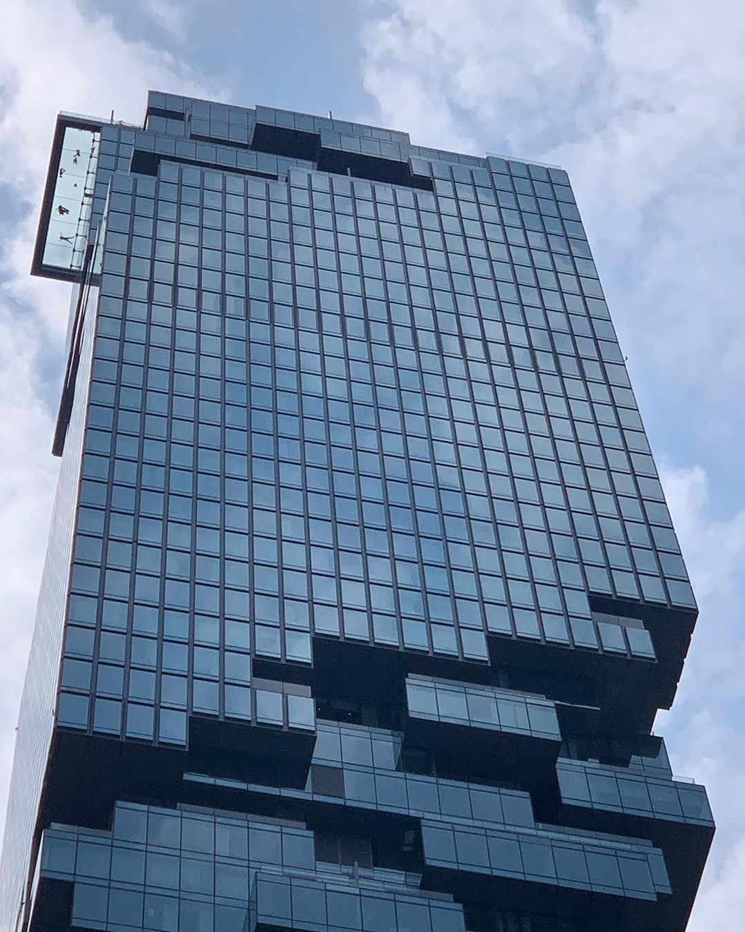 De SkyWalk van de King Power MahaNakhon gebouw in Bangkok gezien vanaf beneden
