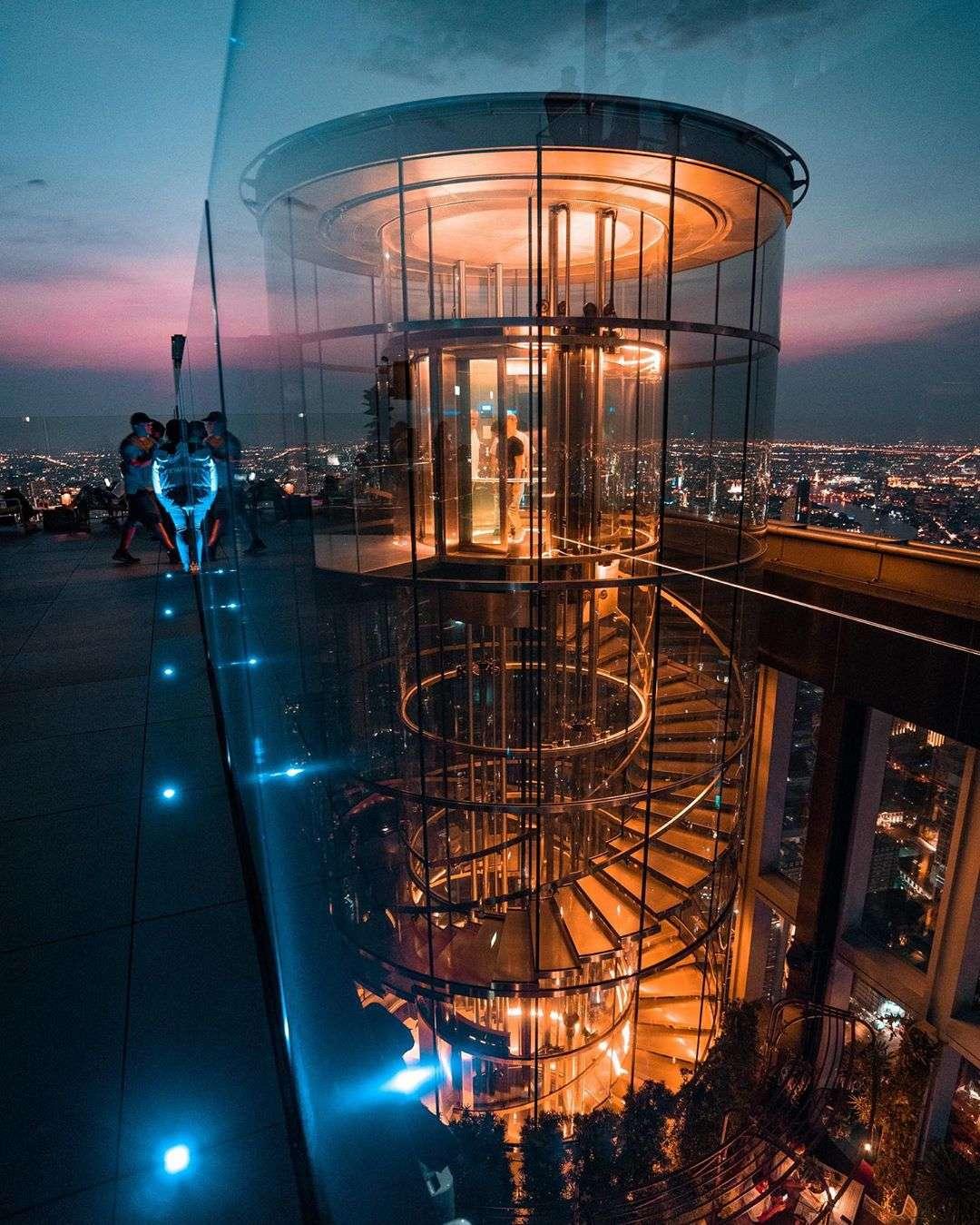 Het glazen cilinder trappenhuis van de King Power MahaNakhon in Bangkok, Thailand