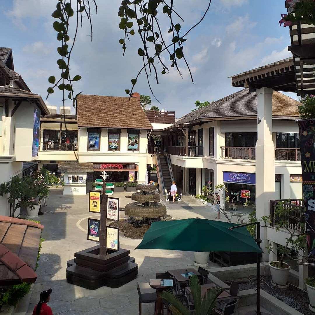 Het plein van Turtle Village Shops & Cuisine in Mai Khao Beach, Phuket