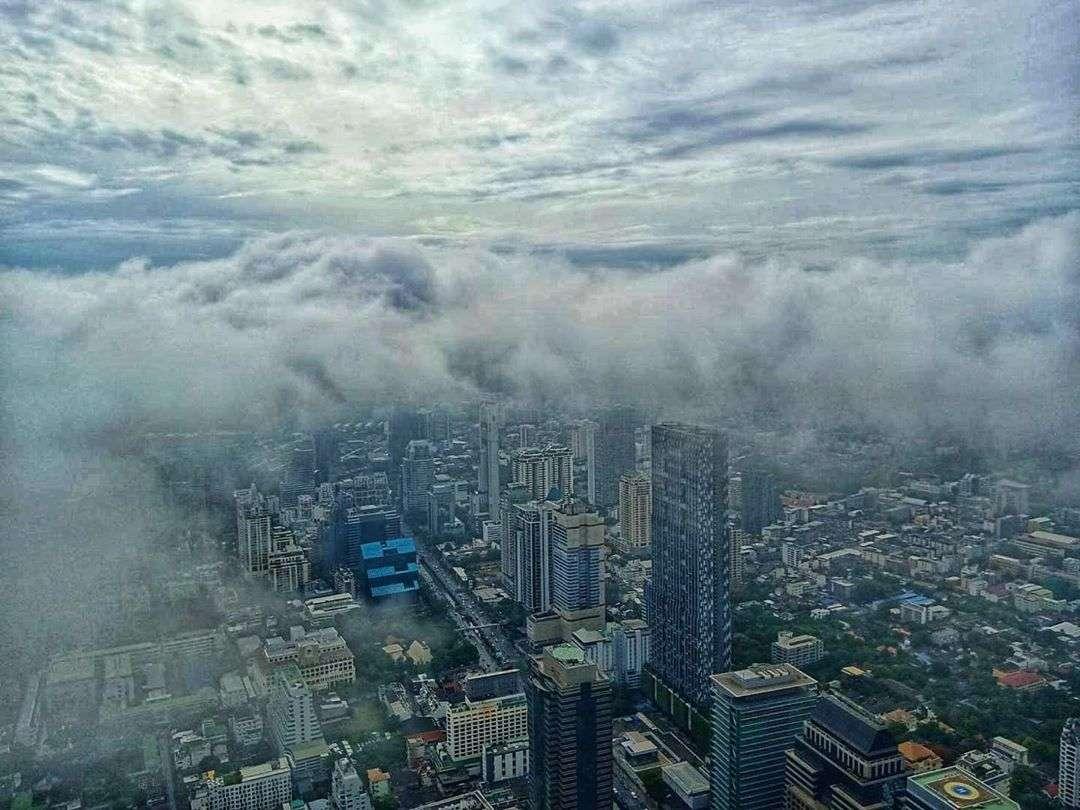 Zicht op laaghangende bewolking vanaf de King Power MahaNakhon in Bangkok