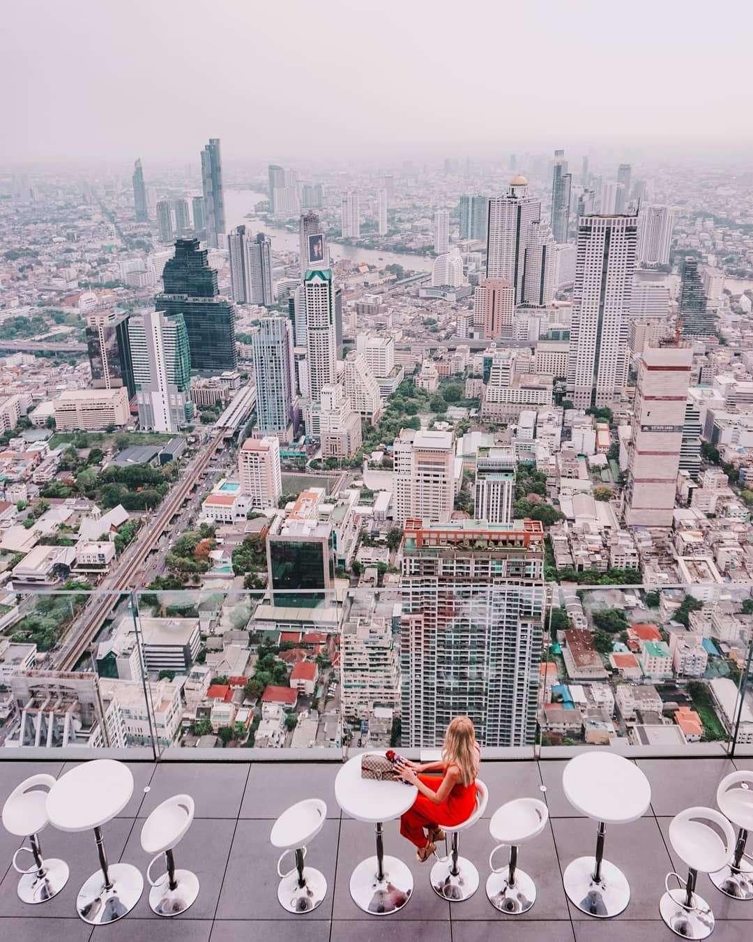 Uitzicht over de skyline van Bangkok op het dak van King Power MahaNakhon in Bangkok
