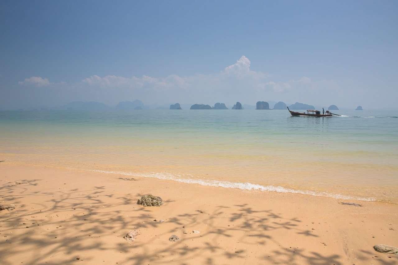 Een longtail boot nabij Koh Yao Noi