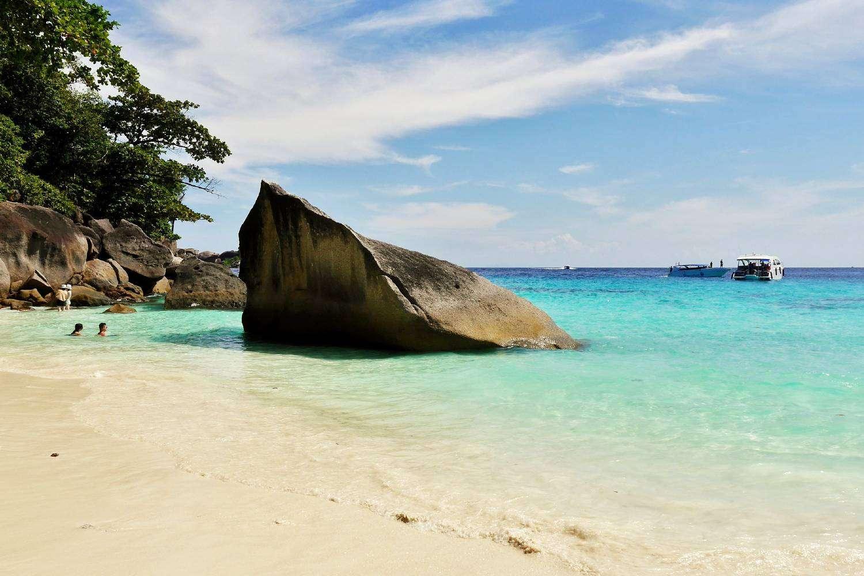 Koh Miang, grote rots op het strand