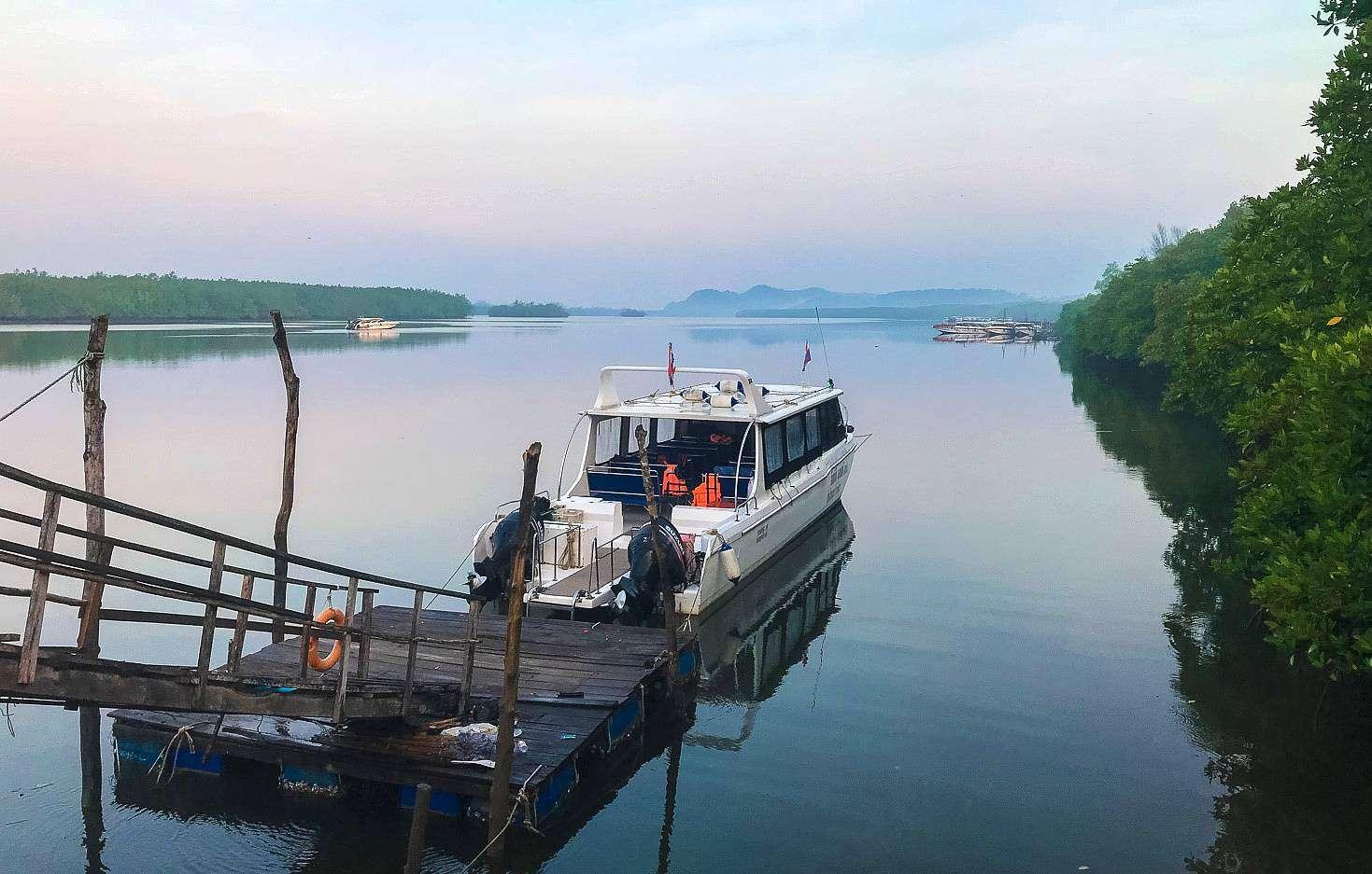 speedboot bij de pier voor de vertrek naar het Mu Ko Similan National Park