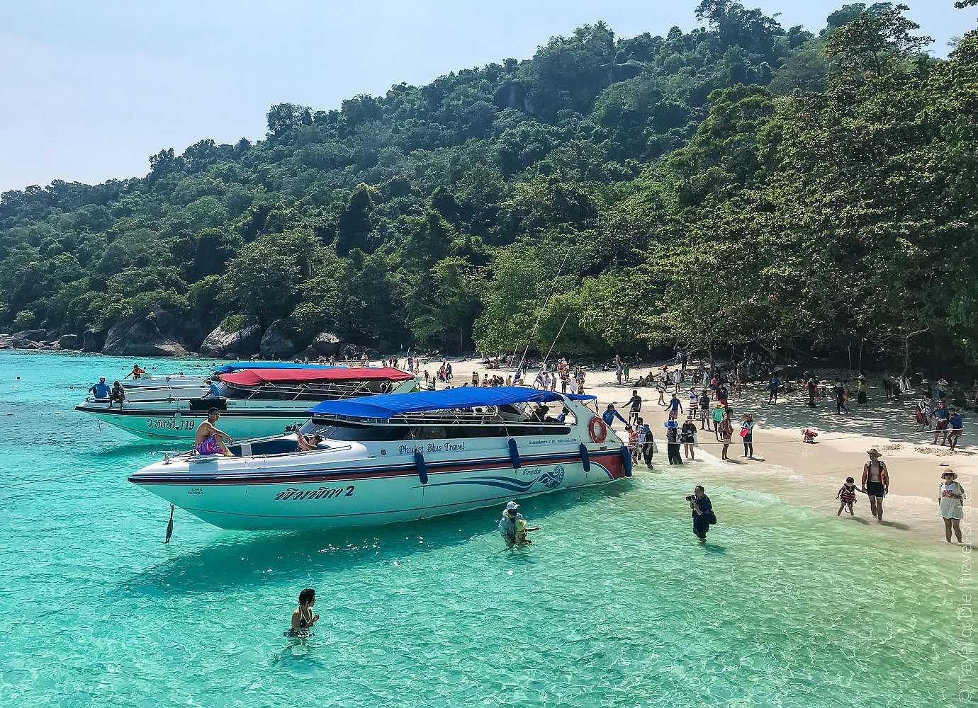 speedboten aan het strand van Koh Similan