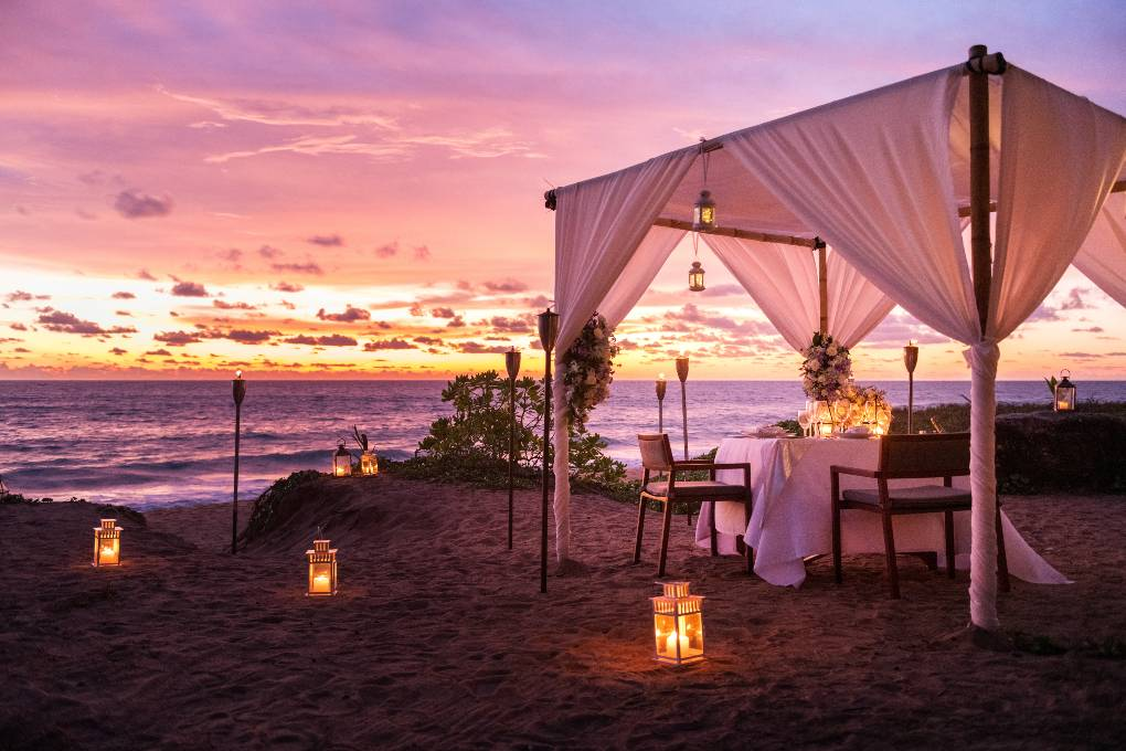 Luxe huwelijksreis diner op het strand bij Anantara Mai Khao Phuket Villas