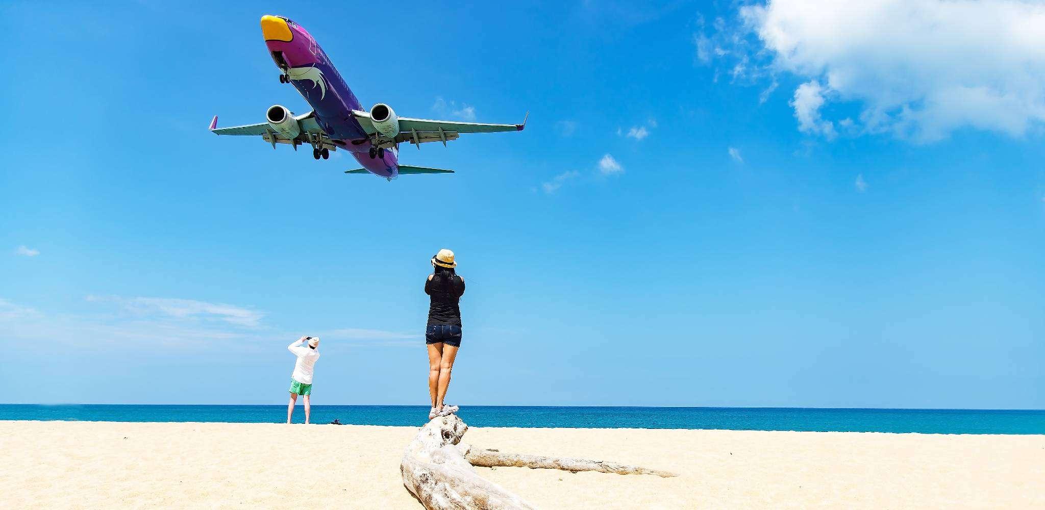 Vliegtuig laag boven Mai Khao Beach in Phuket