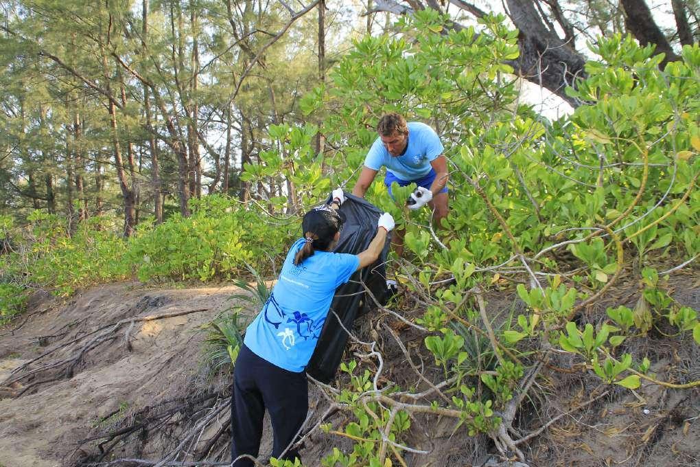 Mai Khao Marine Turtle Foundation aan het werk met het planten van groen in Phuket