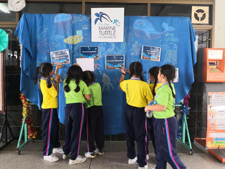 Kinderen leren bij de Mai Khao Marine Turtle Foundation in Phuket