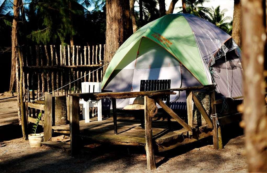 Een tent bij Micky Monkey Beach Hotel aan Mai Khao Beach on Phuket