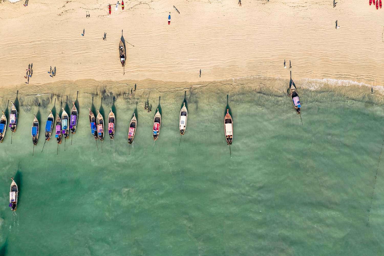 Longtailbootjes aan de kust van Railay in Thailand