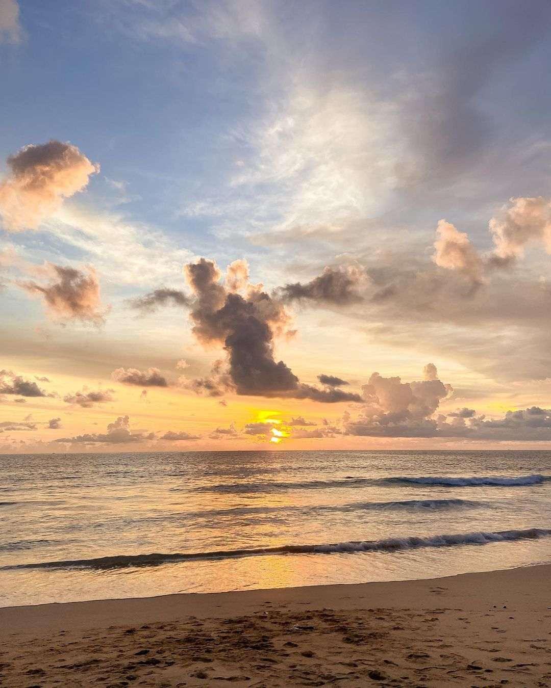 Zonsondergang boven de zee van Nai Thon Beach in Phuket