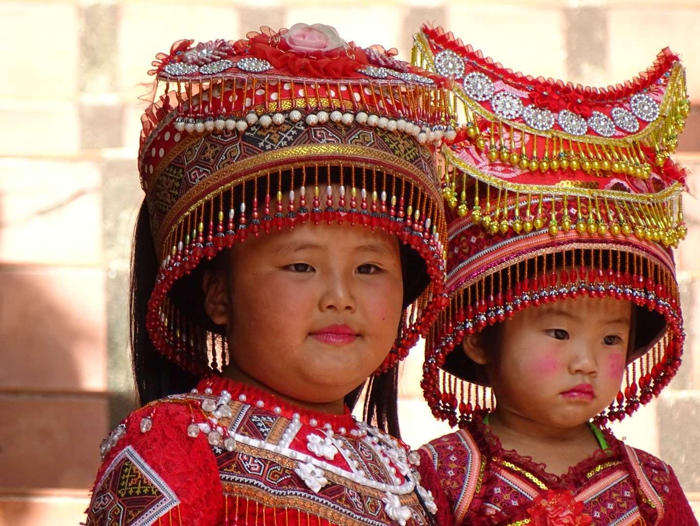 Twee kinderen in traditionele kleding op de Doi Wat Suthep tempel in Chiang Mai