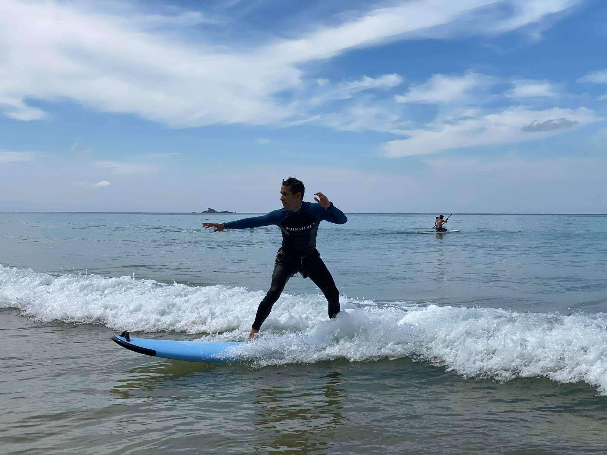 Surfen op golven van Nai Thon Beach op Phuket